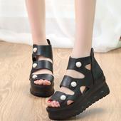 Стилни дамски сандали в бял и черен цвят и с висока подметка