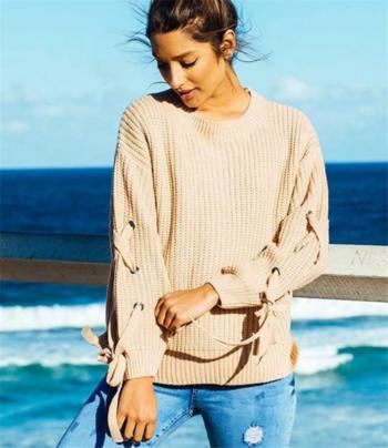 Много интересен дамски ежедневен пуловер с стилни връзки по ръкавите
