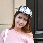 Модерна дамска шапка с надпис в два цвята