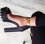 Много стилни дамски сандали на висок 14 сантиметров ток и златна закопчалка около глезена