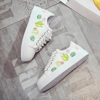 Όμορφα γυναικεία παπούτσια σε μαύρο και άσπρο χρώμα με κέντημα ... fc709f627c7