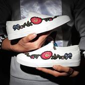 Мъжки актуални ежедневни обувки с много удобна равна подметка и красива бродерия от външната страна