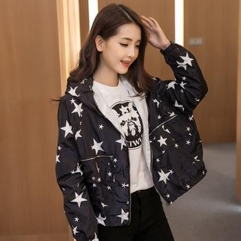 Красиво дамско яке на звезди в черен и бял цвят в широк модел с качулка