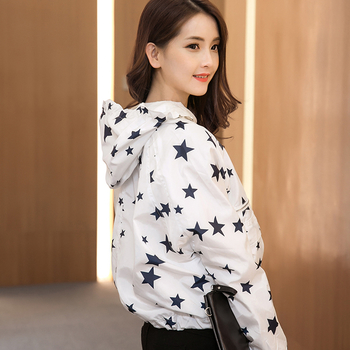Όμορφο γυναικείο μπουφάν ασπρόμαυρων αστεριών σε ένα ευρύ κουκούλα μοτίβο
