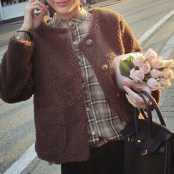 Сладко плюшено дамско яке с копчета и джобове в кафяв цвят