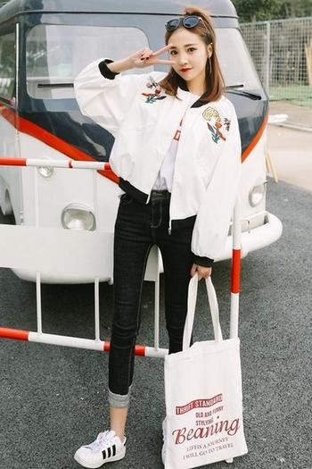 Κομψό σπορ-κομψό  γυναικείο μπουφάν  με κεντήματα σε ευρύ μοτίβο