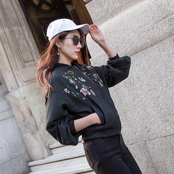 Стилно спортно-елегантно дамско яке с широки ръкави и бродерия, в бял и черен цвят
