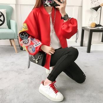 Актуално дамско яке в широк модел с бродерия на ръкавите в черен и червен цвят