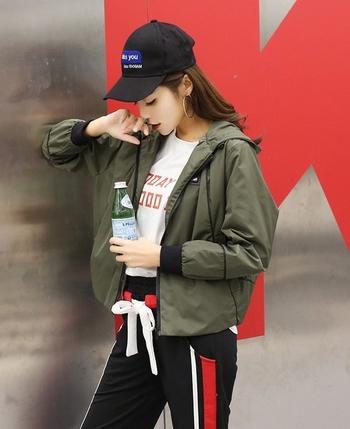 Πολύ μοντέρνο γυναικείο μπουφάν με freestyle κουκούλα  και τέσσερα χρώματα