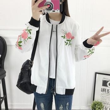 Απαλό  γυναικείο μπουφάν  με κεντήματα σε λευκό και μαύρο χρώμα