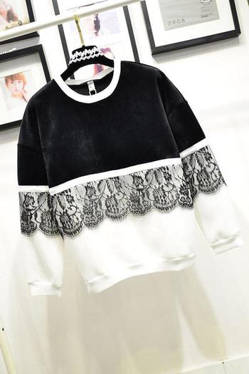 Красив дамски пуловер в черен-бял цвят с дантела и О-образна яка