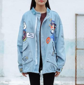 Κομψό τζιν  γυναικείο μπουφάν με freestyle  με ανοιχτόχρωμες εικόνες