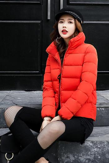 Σύντομο γυναικείο μπουφάν με καθαρό μοτίβο σε πολλά χρώματα
