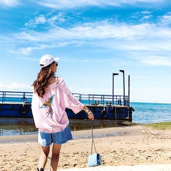 Нежен дамски пуловер в свободен стил  бродерия в розов цвят