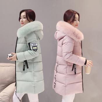 Ένα μακρύ χειμωνιάτικο γυναικείο μπουφάν με  κουκούλα και γούνα με χνουδωτή γέμιση