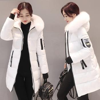 e7fe1d495261 Ένα μακρύ χειμωνιάτικο γυναικείο μπουφάν με κουκούλα και γούνα με χνουδωτή  γέμιση