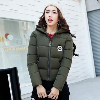 Красиво дамско яке в къс модел с качулка и апликации