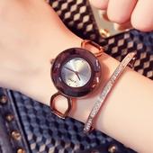Модерен дамски часовник с аналогов дисплей