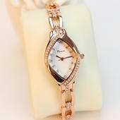 Елегантен дамски часовник с интересна форма