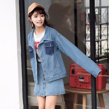 Стилно дамско широко дънково яке с интересни джобове в предната си част