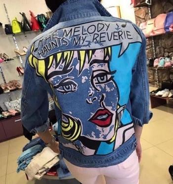 Модерно дамско яке с голяма апликация на гърба и леко накъсано