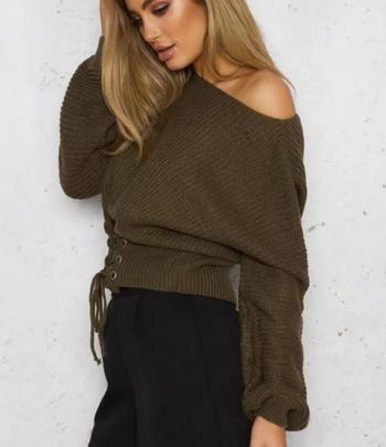 Нежен дамски пуловер в свободен модел с връзки и в няколко цвята
