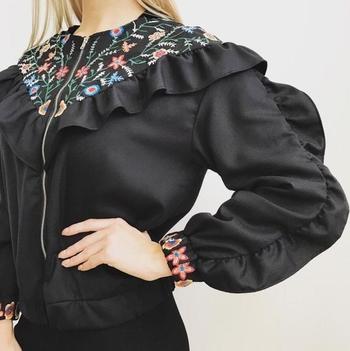 Πολύ κομψό γυναικείο μπουφάν με ανοιχτό κεντητό  και  μακρύ, φαρδύ μανίκι
