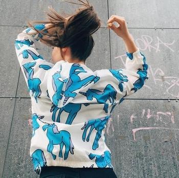 Λεπτό γυναικείο μπουφάν  με κουκούλα και ενδιαφέρον εφαρμογή