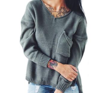 Стилен дамски пуловер с джобче и  V-образно деколте, в много цветове
