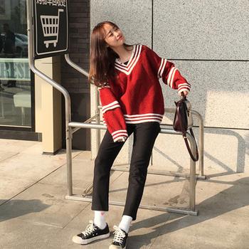 Топъл дамски пуловер с V-образно деколте в свободен модел, в сив и червен цвят