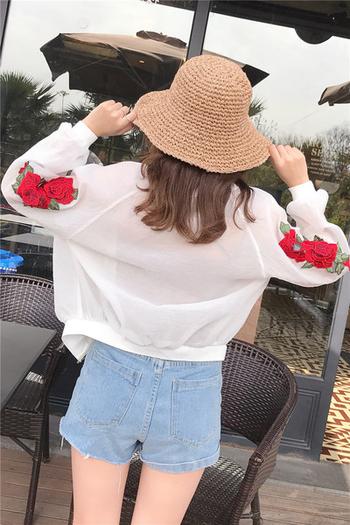 Γυναικείο  σακάκι σε μαύρο και άσπρο χρώμα με κεντήματα στα μανίκια