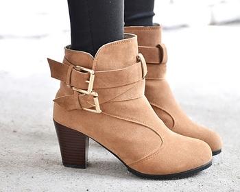 Ενδιαφέρουσες και κομψές γυναικείες μπότες με υψηλό τακούνι και κομψή πόρπη