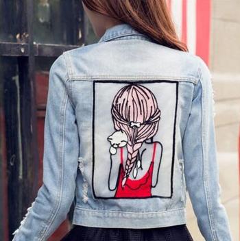Γυναικείο denim μπουφάν  με μια πολύ όμορφη εκτύπωση στο πίσω μέρος