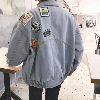 Ένα μοντέρνο μπουφάν τζιν για γυναίκες με ανοιχτόχρωμο χρώμα και ευρύ σχέδιο