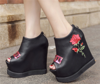 Много красиви и стилни дамски затворени обувки на висока платформа с изключителна бродерия