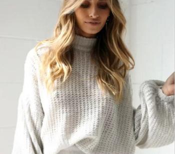 Широк женски пуловер с дълги широки ръкави и О-образна яка