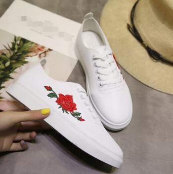 Πολύ κομψά γυναικεία αθλητικά παπούτσια σε μαύρο και άσπρο και όμορφα  κεντήματα 619aa1945a7
