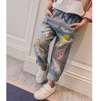 Красиви детски дънки за момичета с цветен десен, накъсани и с висока ластична талия
