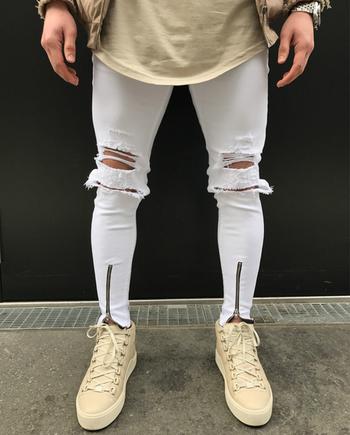 Стилни мъжки накъсани дънки с ципове в бял цвят, тип Слим