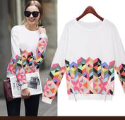 Ежедневна дамска блуза в бял цвят и с цветни мотиви