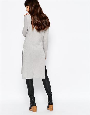 Дълъг дамски пуловер до коленете с цепка и поло яка