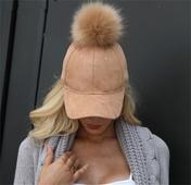 Дамска бейзболна шапка с козирка и много интересен пух