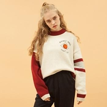 Красив дамски пуловер с цветни ръкави и О-образна яка