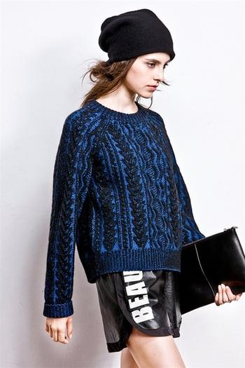 Интересен дамски пуловер в два цвята и в свободен стил