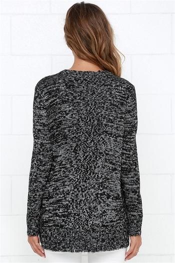 Дълъг пуловер за дамите в сив цвят с цепка и О-образно деколте