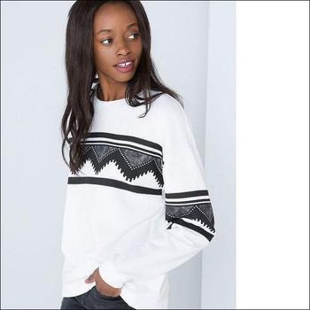 Стилен пуловер за дамите в бял цвят с черни мотиви