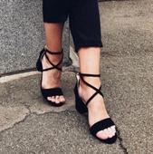 Ежедневни дамски сандали с актуални римски връзки около глезена