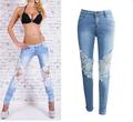 Дамски впити дънкови панталони с красива бродерия по крачолите и колената