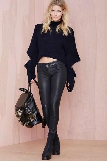 Стилен дамски пуловер в черен цвят с поло яка и ципове