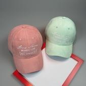 Сладка дамска шапка с надпис и в свежи цветове